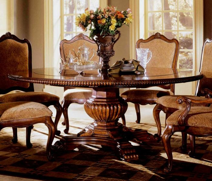 esstisch-massiv-holz-Stühle-Samt-schönes-Design-Ornamente-Vase-Blumen-aristokratisches-Interieur