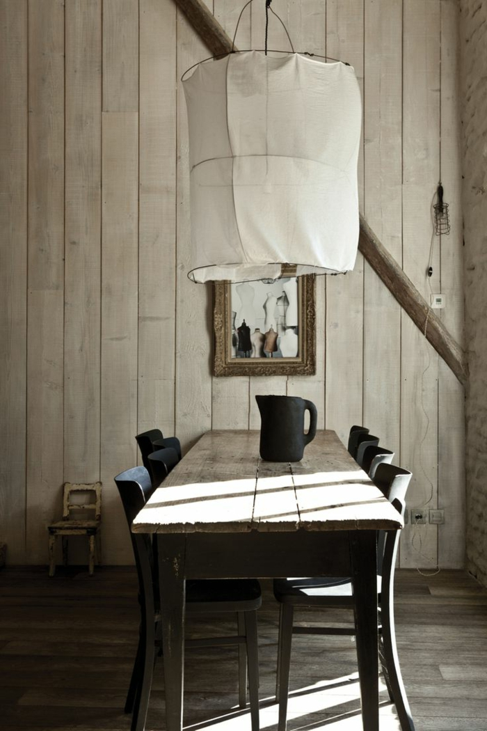 fantastisches-Interieur-modern-rustikal-weiße-Lampe-Esstisch-Stühle-moderne-Landhausmöbel