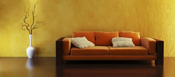 farbliche-raumgestaltung-beige-wand-und-schönes-sofa