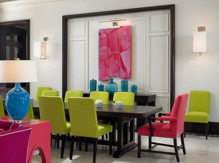 farbliche-raumgestaltung-grüne-und-rosige-stühle