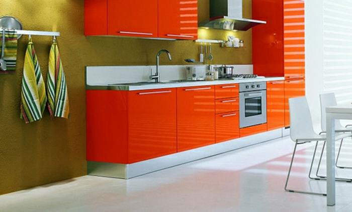 farbliche-raumgestaltung-orange-schränke