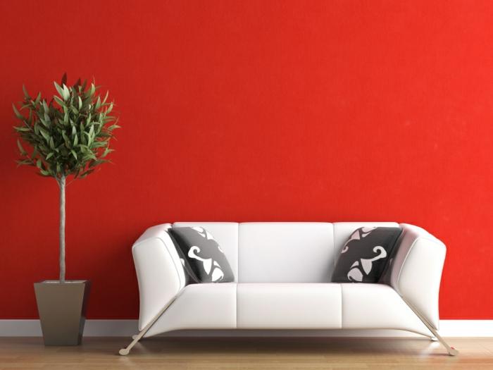 farbliche-raumgestaltung-rote-wand-und-weißes-sofa