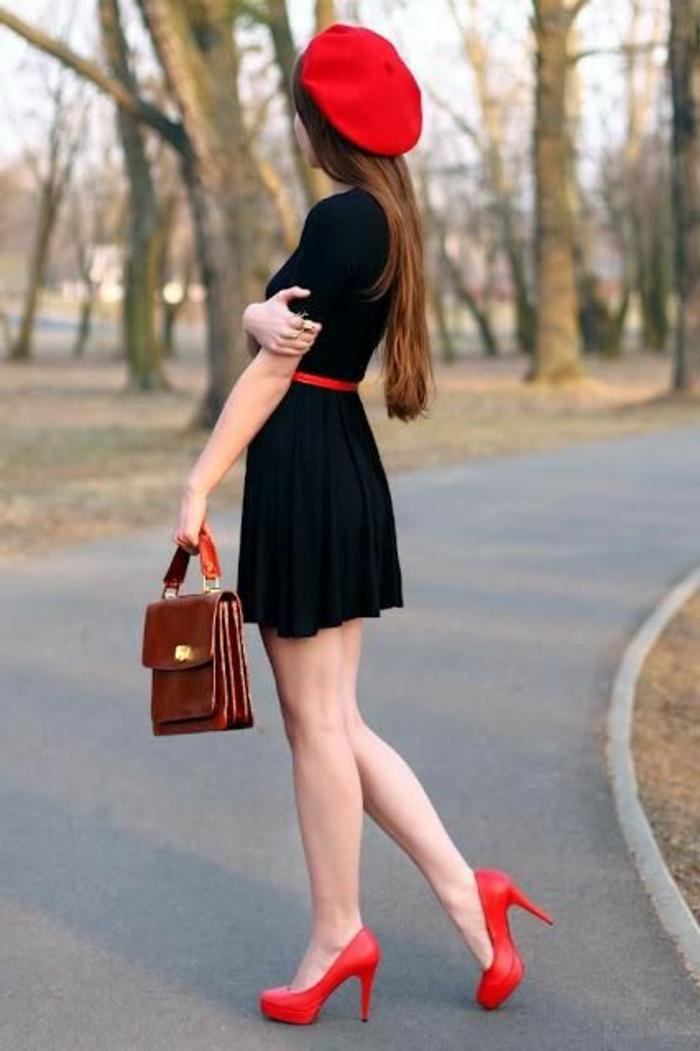 französischer-Stil-schwarzes-Kleid-rote-mütze-rote-Schuhe-mit-Absatz-Tasche-klassisches-Modell-Straße-schick