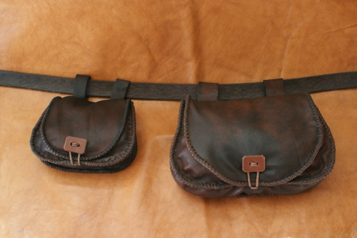 gürteltasche-aus-leder-dunkle-farbe