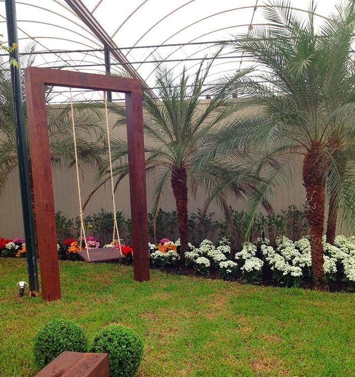 gartenschaukel-aus-holz-bepflanzung-palmen