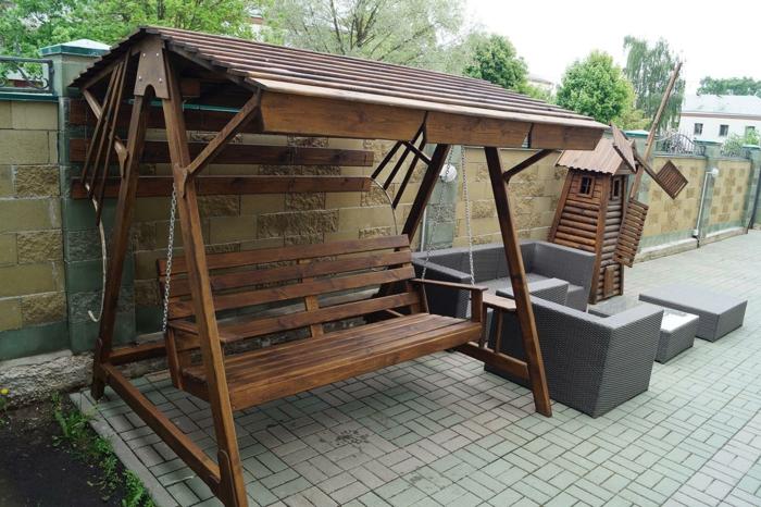 gartenschaukel-aus-holz-neben-lounge-set