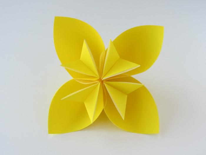 gelbes-origami-kusudama-blume