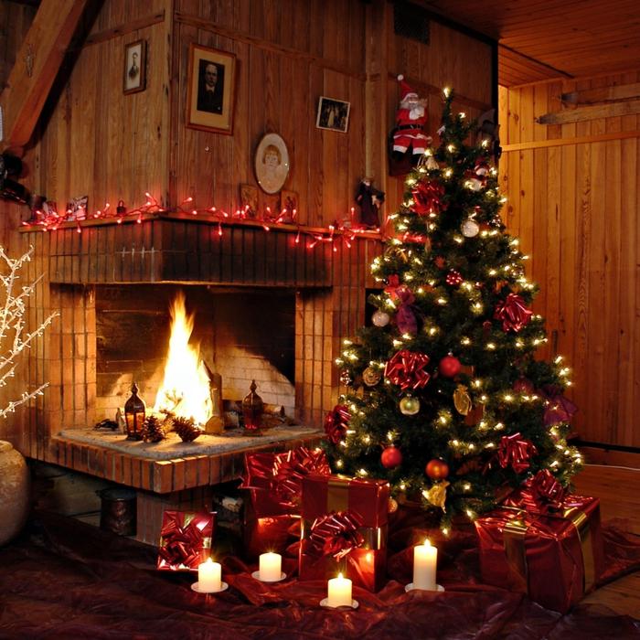 gemütliche-Atmosphäre-weihnachtsdekoration-ideen-Kamin-Feuer-Wärme-Komfort-Tannenbaum-Schmuck-Geschenke-Leuchten-Kerzen
