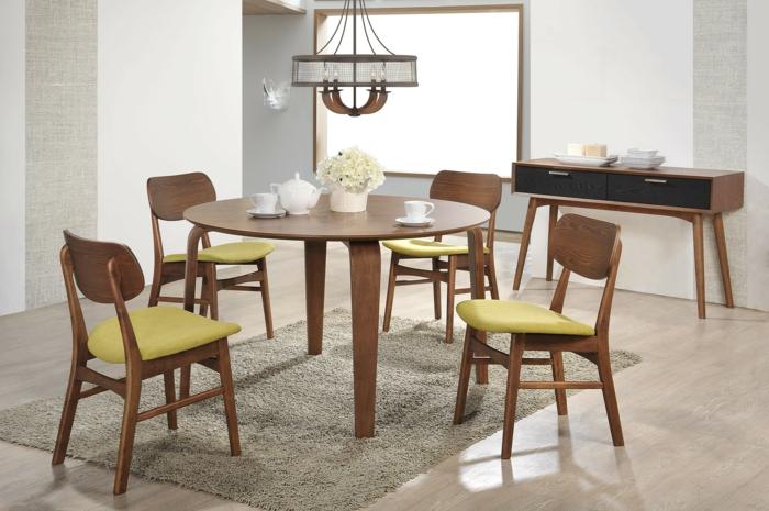 gemütliche-Esszimmer-Gestaltung-moderne-Möbel-runder-Tisch-Stühle-gelbe-Sitze-Polster-zärtliche-Blumen-vintage-Kronleuchter