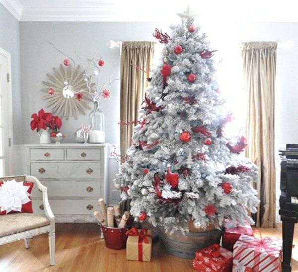 gemütliche-Weihnachtsdekoration-künstlicher-tannenbaum-roter-Schmuck-Geschenke-Kommode