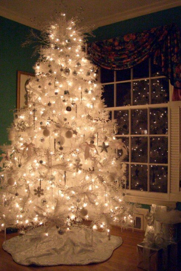 gemütliche-Weihnachtsdekoration-weisser-Tannenbaum-Schmuck-Leuchten