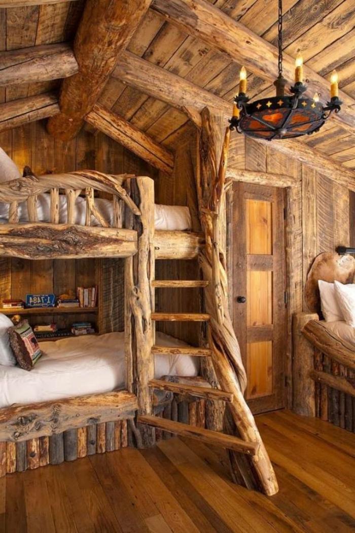 gemütliches-Schlafzimmer-Hochbett-rustikaler-Kronleuchter-Schmiedeeisen-hölzernes-Interieur-Landhausstil