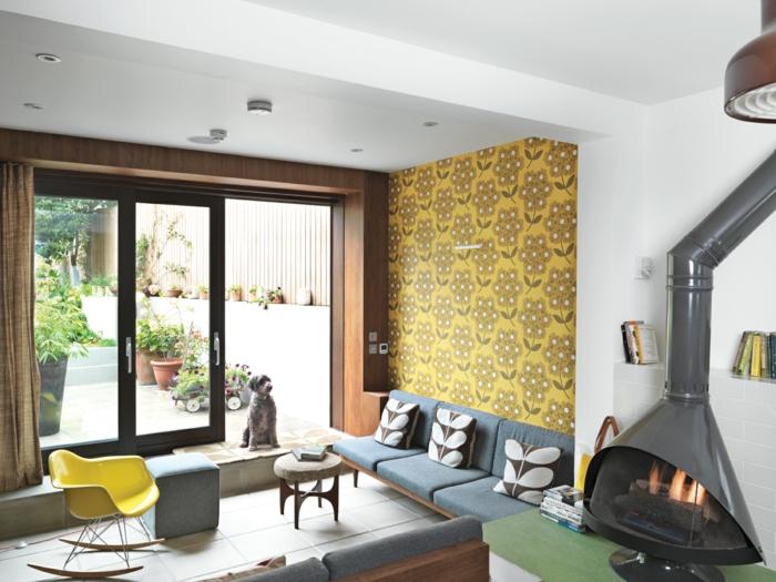 gemütliches-Sommerhaus-gläserne-Tür-Kamin-gelber-Schaukelstuhl-Hocker-Hund-Tapeten-frisches-Muster