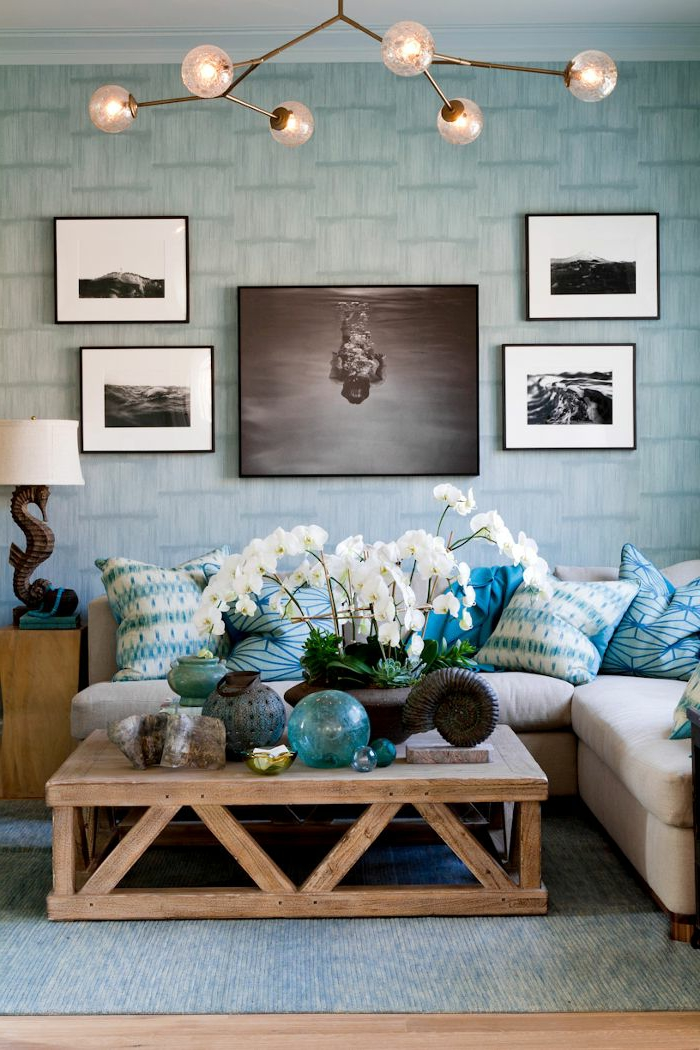 gemütliches-Wohnzimmer-futuristische-Elemente-Kronleuchter-interessante-Form-Orchideen-schwarz-weiße-Fotos-blaue-romantische-Tapeten