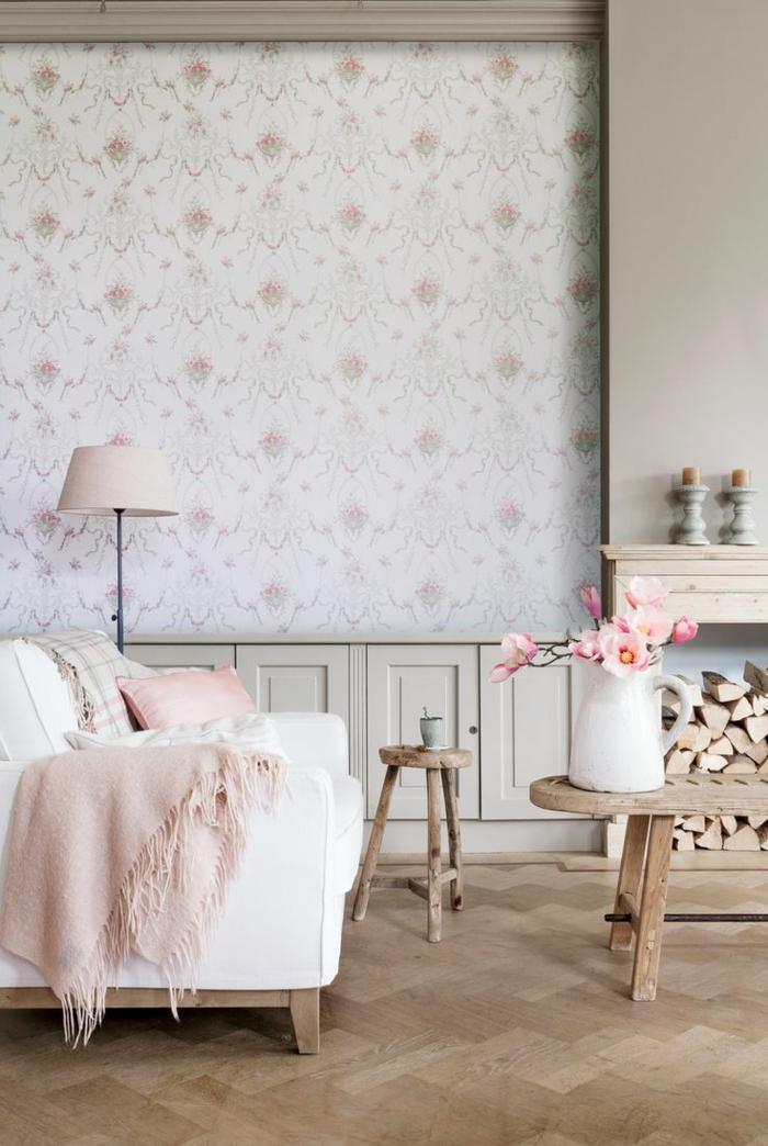 gemütliches-Wohnzimmer-romantische-Ausstattung-rosa-Akzente-rustikale-Möbel-Tapeten-kokettes-Muster