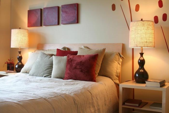 gemütliches-schlafzimmer-gestalten-dekokissen-auf-dem-bett