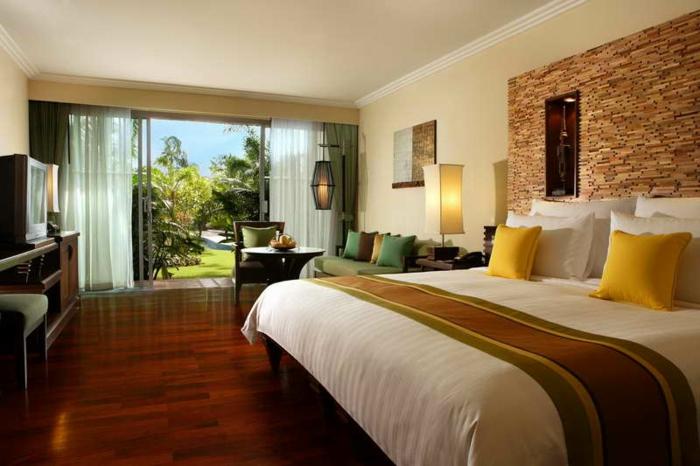 Schlafzimmer Gestalten Gemutlich : steinwand und gelbe kissen  gemütliches schlafzimmer design
