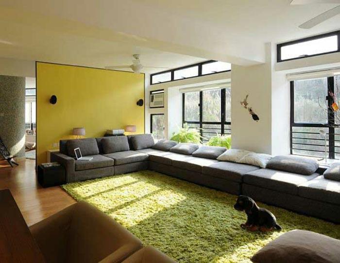 Gemtliches Wohnzimmer Grner Teppich