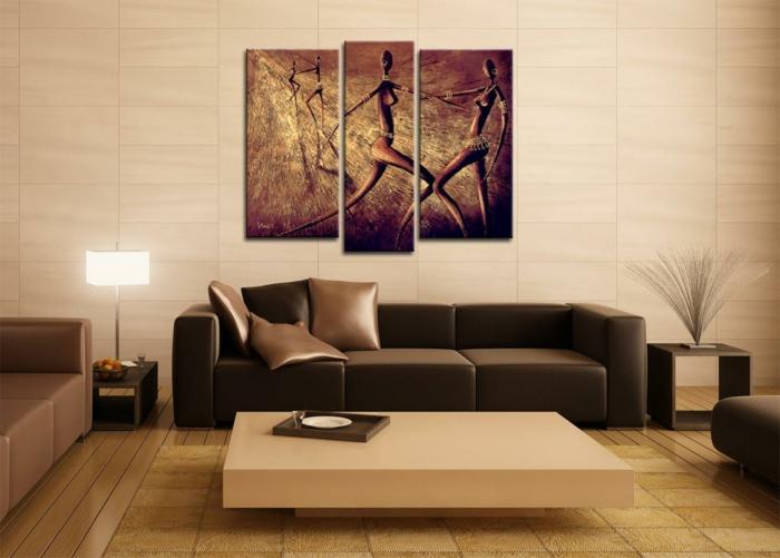 gemütliches-wohnzimmer-interessante-braune-bilder-über-dem-sofa