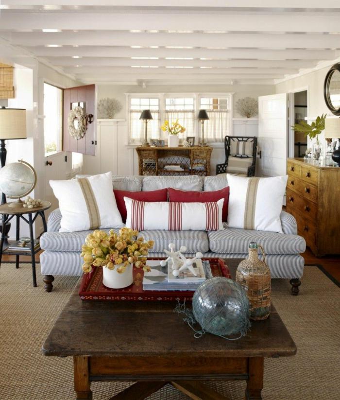 gemütliches-wohnzimmer-kissen-auf-dem-sofa
