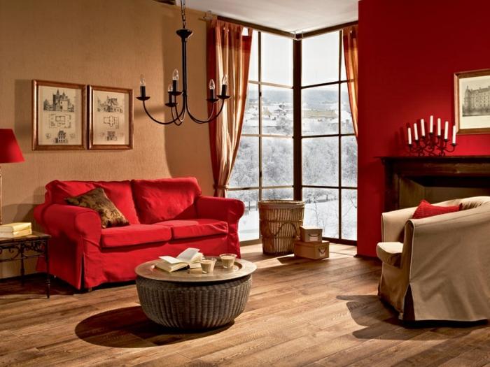 gemütliches-wohnzimmer-rotes-modell-zwei-bilder-über-dem-sofa