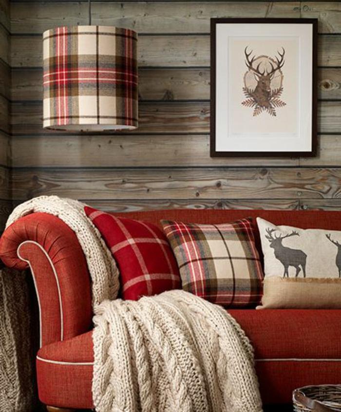 Gemtliches Wohnzimmer Rotes Sofa Mit Dekokissen