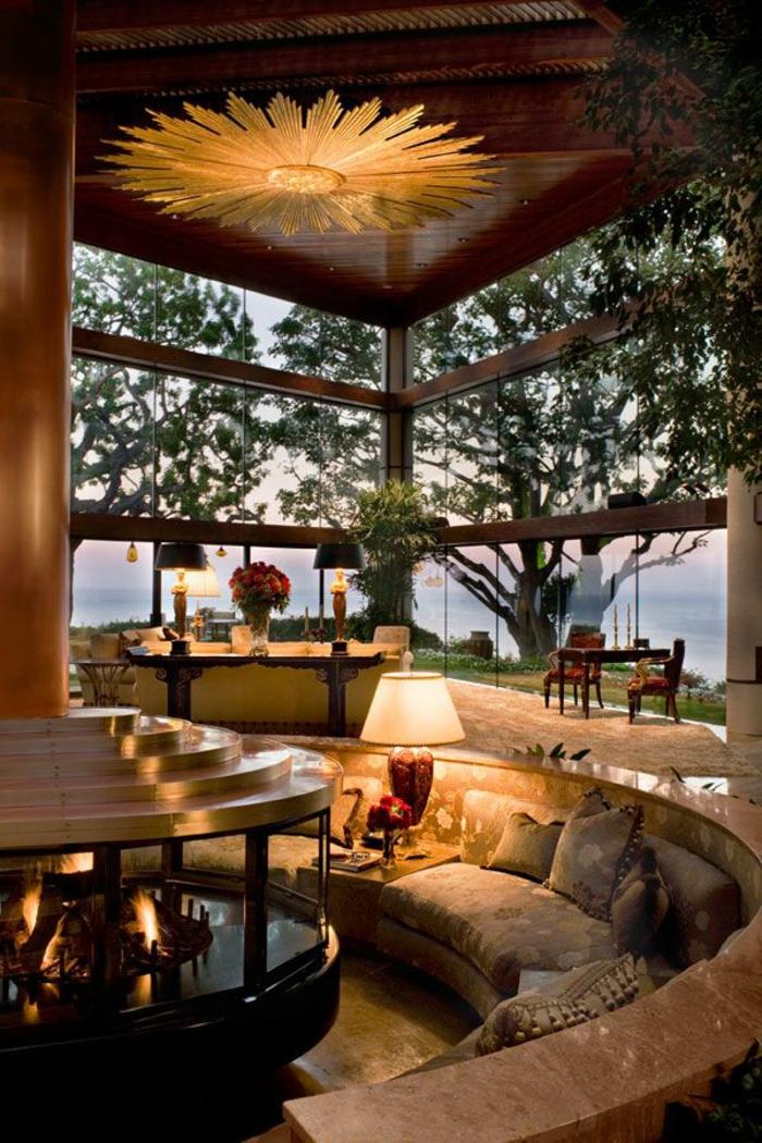 schöne wohnzimmer wände:Wunderschöner Blumenstrauß und bunte dekorative Kissen