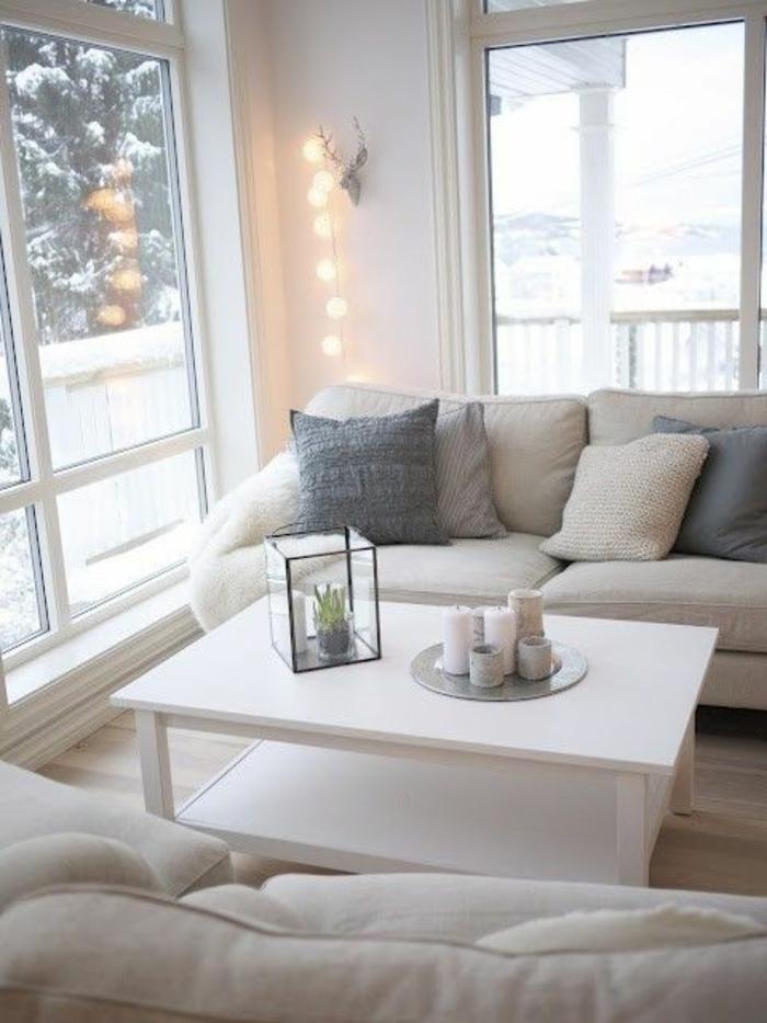 gemütliches-wohnzimmer-viele-kissen-auf-dem-sofa