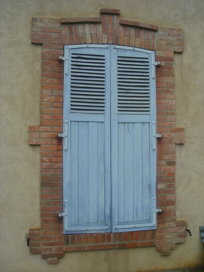 geschlossenes-Fenster-blauer-Fensterladen-Holz