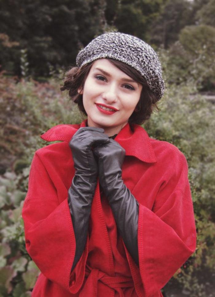 gestrickte-französische-Mütze-roter-Mantel-schwarze-Handschuhe-Leder-schick-romantisch