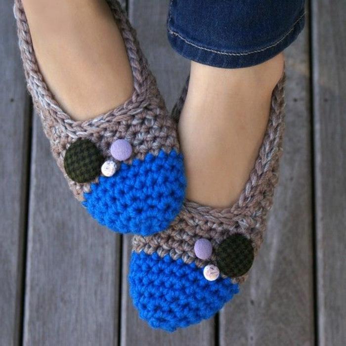 gestricktes-Modell-Damen-Hausschuhe-grau-blau-vintage-Knöpfe