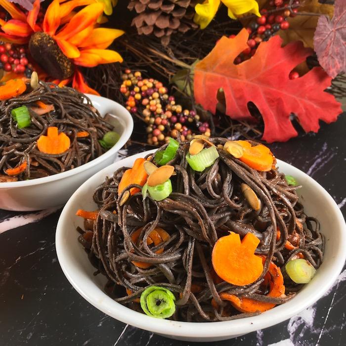 gesunde halloween rezepte schwarze sojabohnennudeln mit karroten halloween essen ideen originell herbst dekoration bunte blätter