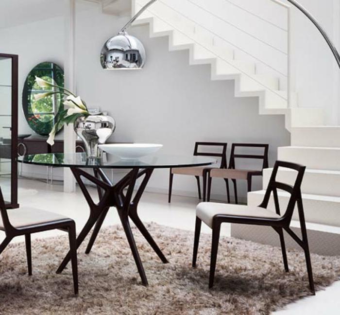 gläserner-Esstisch-rund-Stühle-modernes-Design-flaumiger-Teppich-elegantes-Interieur