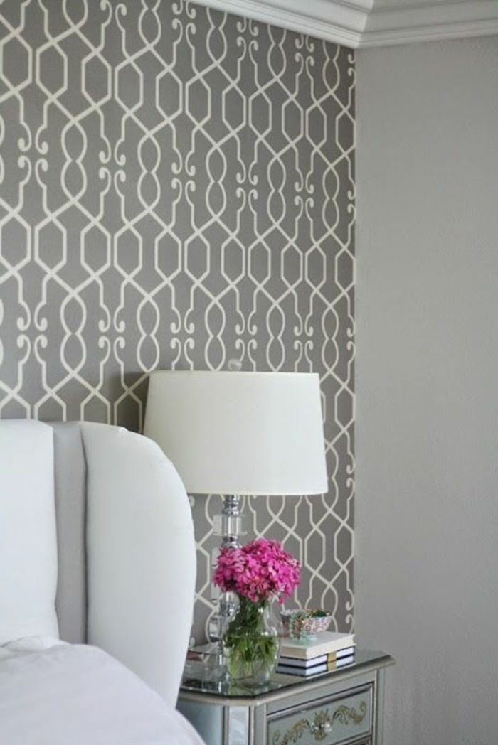 graue-Tapeten-weiße-Ornamente-modisch-schick-rosa-Blumen-Akzent