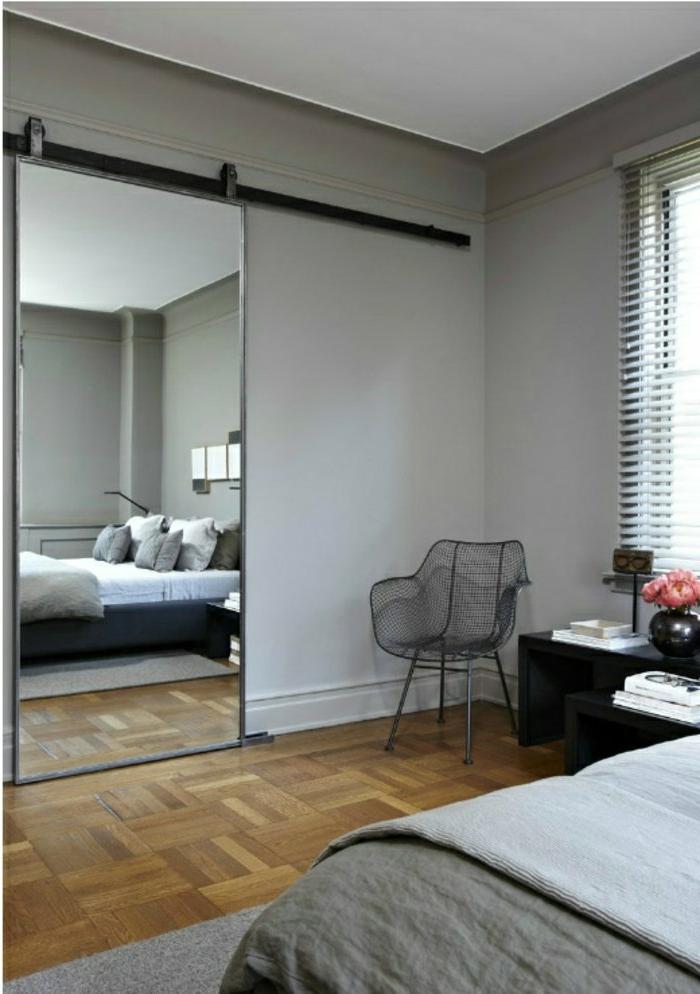graues-Schlafzimmer-Designer-Stuhl-Spiegeltür-modernes-Interieur