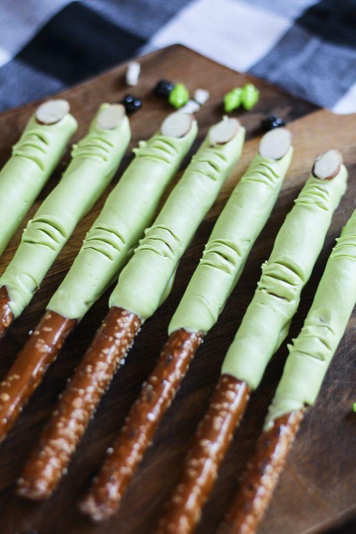 grüne frankenstein finger auf salzstangen halloween rezepte fingerfood gruselige ideen für kinderparty
