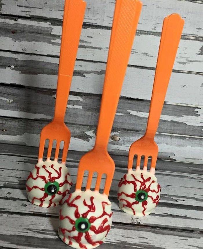 gruselige ideen halloween essen kinder party augenapfel dessert mit roten adern orange gabel backen leckere rezepte