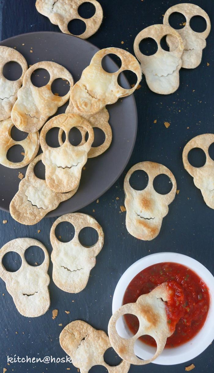 gruselige schädel tortilla chips halloween essen ideen salsa sauce dip halloween rezepte fingerfood kinderparty