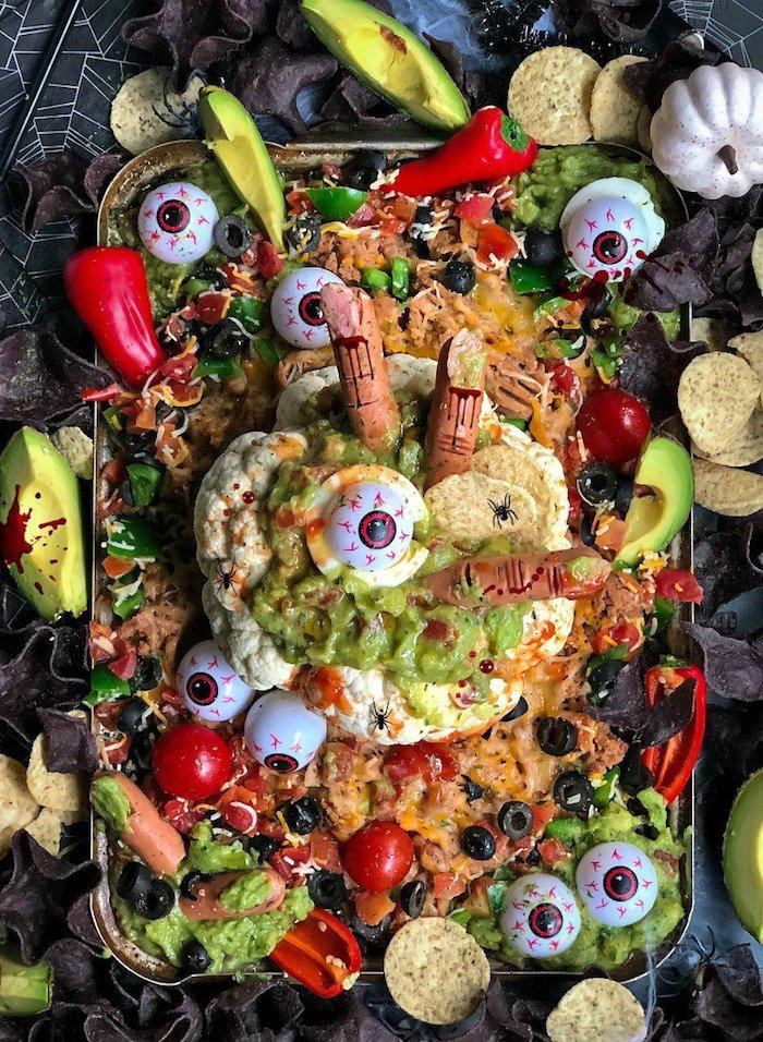 gruseliger blumenkohl bowl dip mit tomaten avocado deko augenäpfel hummus dekorative blutige finger paprika halloween essen ideen