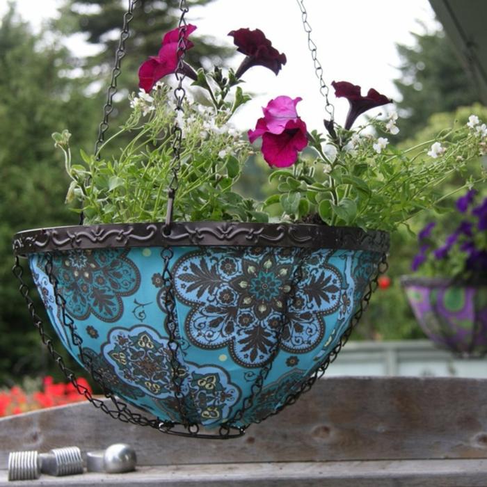 hängende-blumentöpfe-blaue-farbe-interessante-ornamente
