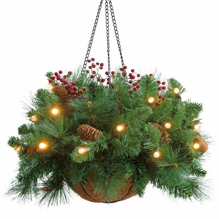 hängende-weihnachtliche-Dekoration-Korb-Leuchten-Zapfen-Tannenzweige