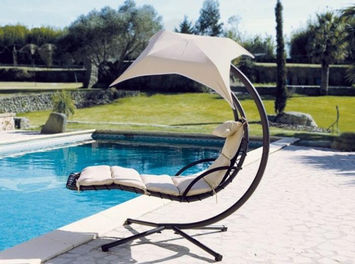 hängesessel-mit-gestell-am-schwimmbad-weiße-sonnenschirm