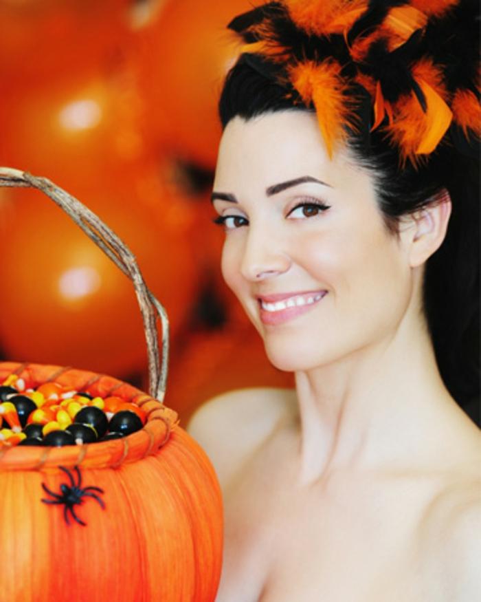 halloween-essen-eine-schöne-frau-mit-einem-kürbis