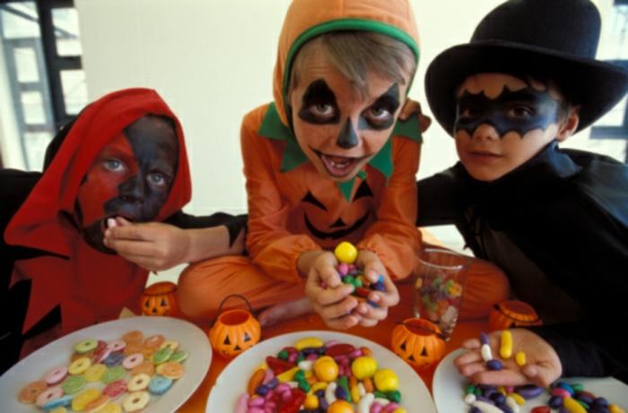 ein schönes foto - halloween essen - drei kinder
