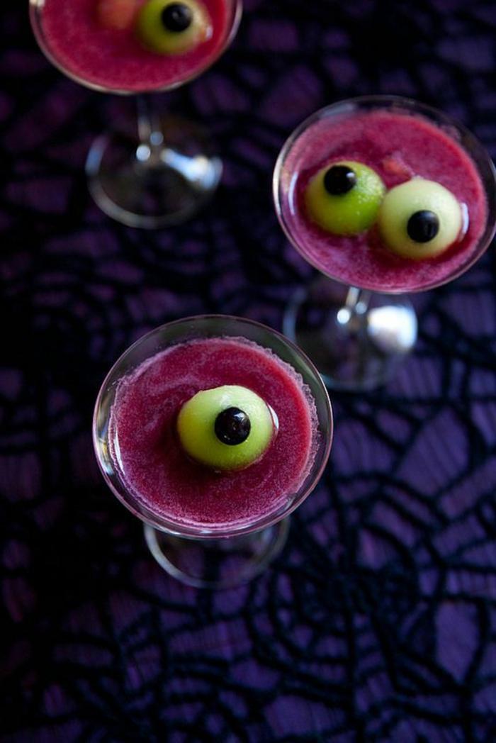 halloween-essen-wunderschöne-lila-cocktails-mit-augen