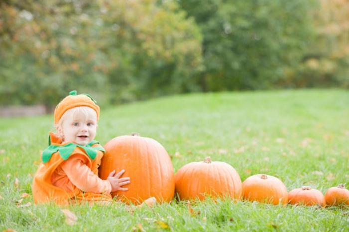 halloween-für-kinder-ein-baby-und-vile-kürbisse