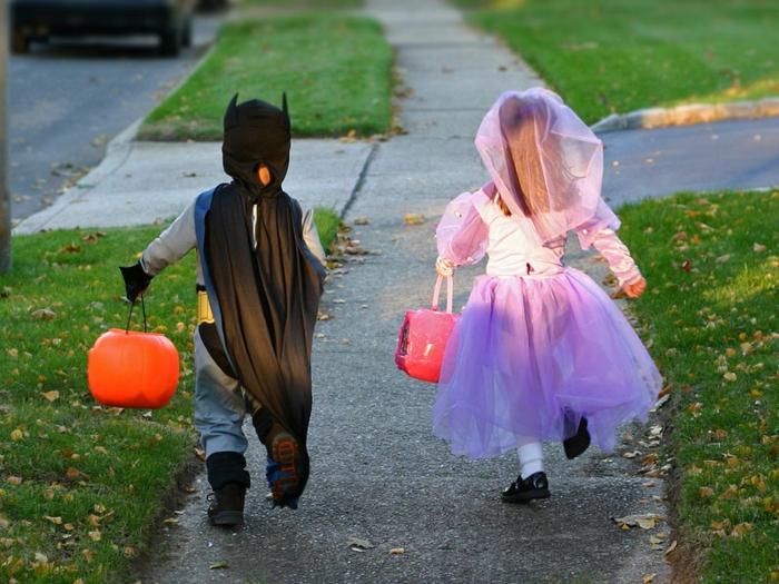 halloween-für-kinder-ein-kleines-mädchen-und-ein-junge