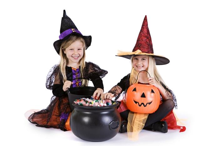 halloween-für-kinder-interessantes-foto-von-zwei-mädchen-hexen