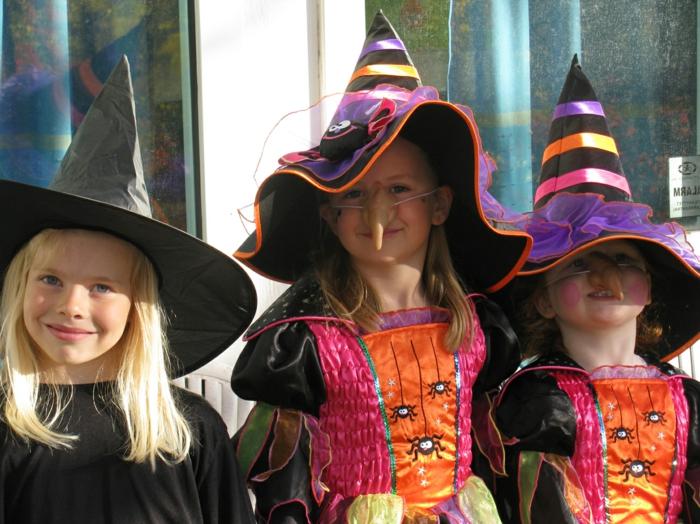 halloween-für-kinder-mädchen-mit-tollen-hütten