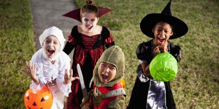 verschiedene kinder kostüme zum halloween